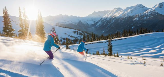 Skifahrer beim Sonnenuntergang