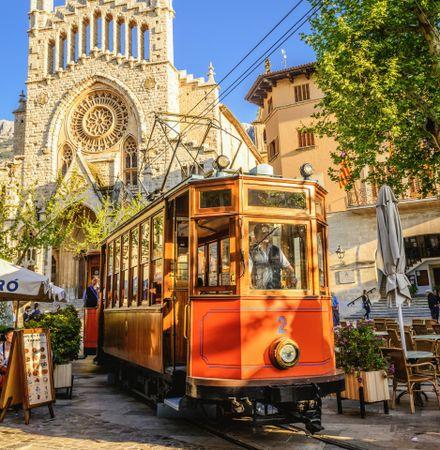Historische Strassenbahn fährt durch die Innenstadt