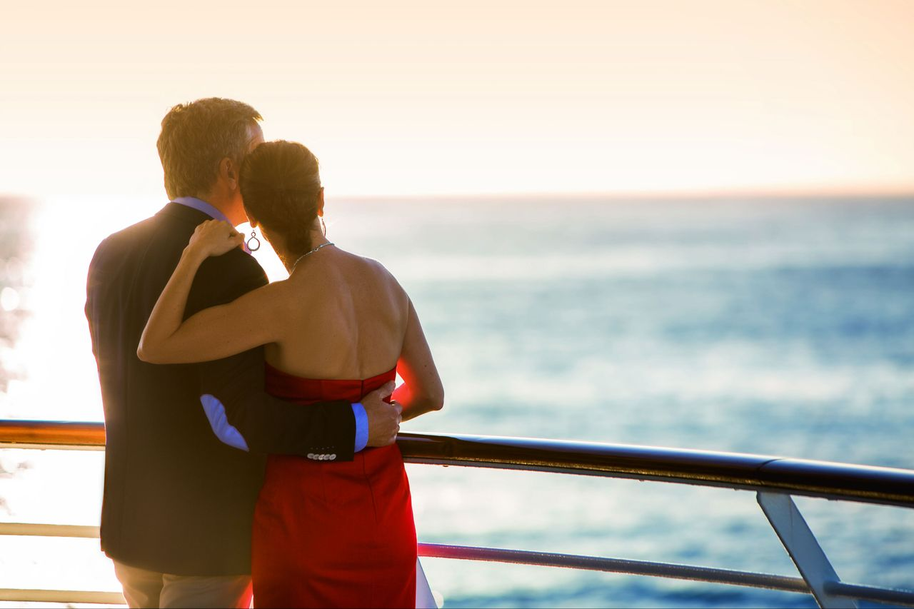 MS EUROPA Paar an Reling Sonnenuntergang