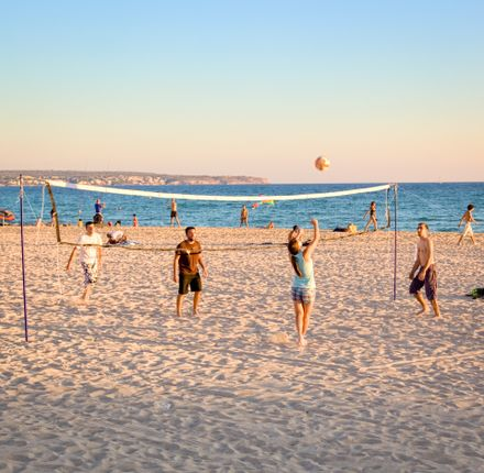 Volleyballspieler am Strand