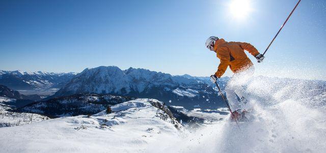 Skifahrer auf der Piste im Pulverschnee