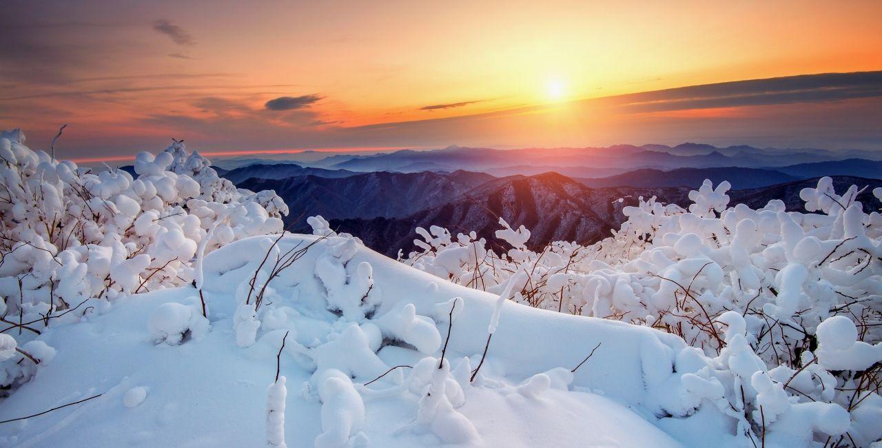 Schneelandschaft bei Sonnenaufgang