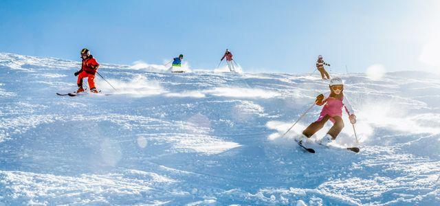 Mehrere Skifahrer auf dem Abhang am Fahren